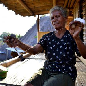 anziana in un villaggio ngada vicino ad Aimere a Flores