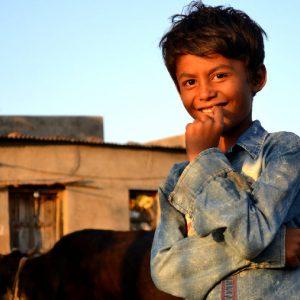 bambino in campagna viaggio india centrale templi rupestri