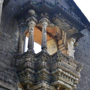 dettaglio della veranda di un palazzo storico a bhuj