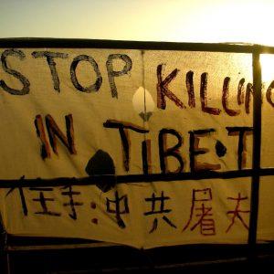 striscione di protesta a dharamsala