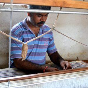 tessitore nei villaggi artigiani vicino a bhuj nel gujarat