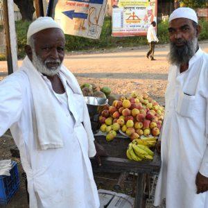 venditori ambulanti india centrale vicino ai templi rupestri