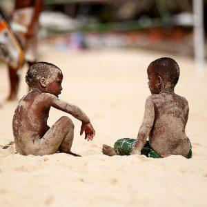 bambini su una spiaggia di capoverde
