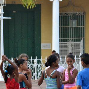 bambini che giocano in piazza a trinidad a cuba