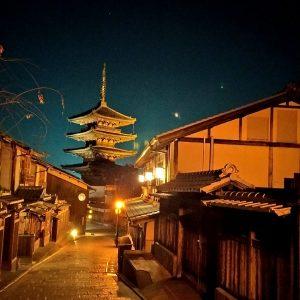 una delle vie del centro storico di Kyoto in Giappone