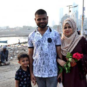 famiglia indiana alla moschea ali haj dargah a mumbai