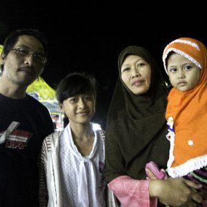 una famiglia indonesiana a passeggio per yogyakarta