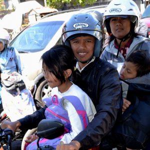 una famiglia in moto a jogjakarta