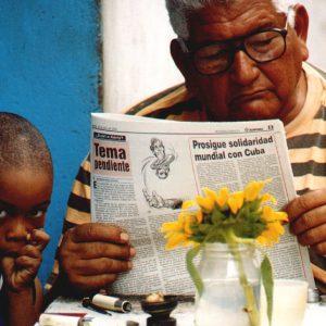 nonno e nipote a santiago de cuba, nella zona orientale dell'isola