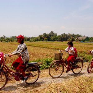 bambini che ritornano da scuola a jogjakarta