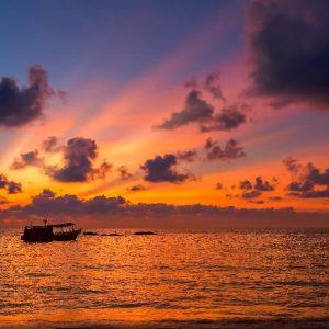 tramonto sull'isola di koh tao in thailandia