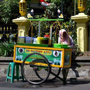 una venditrice ambulante a yogyakarta