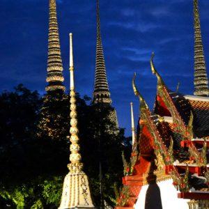 wat pho di notte a bangkok in thailandia