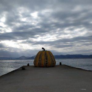 la scultura yellow pumpkin a naoshima in giappone