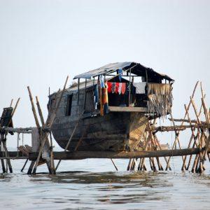 tipica abitazione sul lago tonle sap cambogia