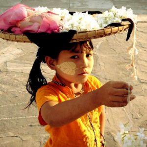 bambina in myanmar