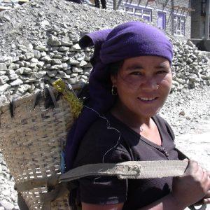 donna thakali nel villaggio di tukche