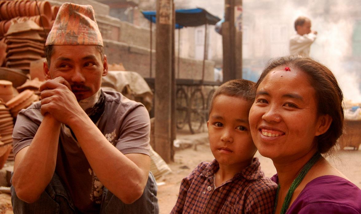 famiglia nel centro storico di bhaktapur