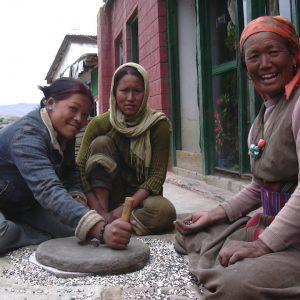 macina a pietra nel villaggio di muktinath