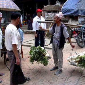 al mercato di bhaktapur in nepal