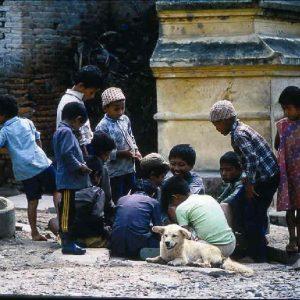 bambini fuori dal tempio di pasupatinath in nepal