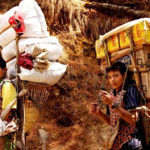 portatori nel khumbu in nepal