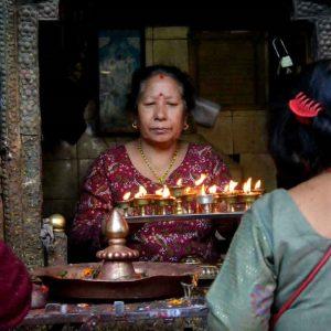 le preghiere in un tempio indù a kathmandu