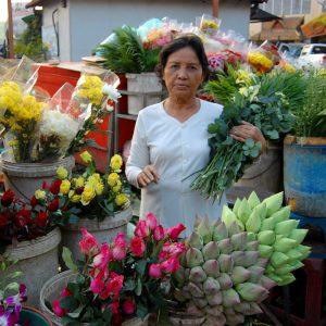 venditrice di fiori in uno dei mercati di phnom penh