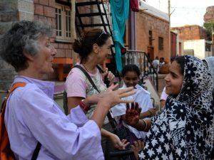 viaggiatrici ram con gente del posto in india
