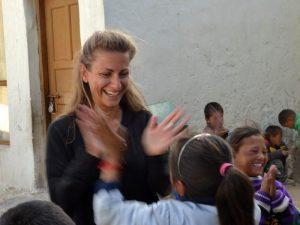 viaggiatrice ram con bambini tibetani in india