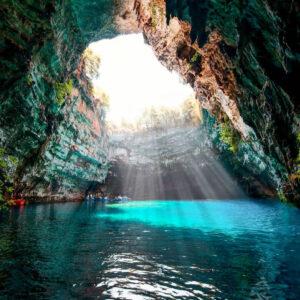 lago di melissani con la grotta delle ninfee