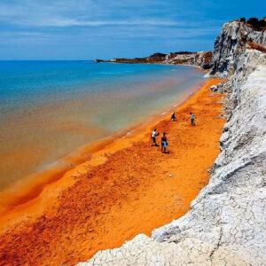la bellissima spiaggia di Xi a Cefalonia